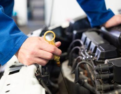 usługi sprawdzania stanu oleju na miarce przez pracownika firmy motopasja24